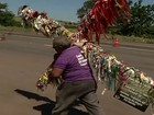 Idoso carrega cruz de 50 kg há 7 anos para pagar promessa em Trindade