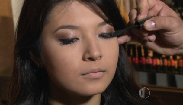 Os olhos sendo finalizados com o rímel  (Foto: Reprodução / TV Diário)
