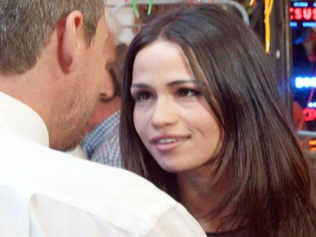 Tuane conquista os clientes do camelódromo com o papo (Foto: TV Globo)