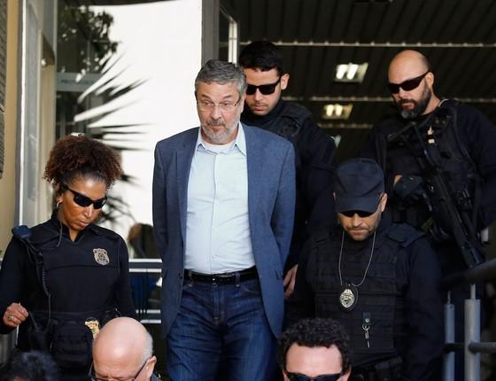 Antonio Palocci deixa a sede da PF em São Paulo em van com presos na operação. (Foto: Paulo Lisboa/Brazil Photo Press / Agência O Globo)