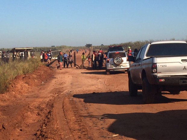 Índios em barreira na estrada que leva à fazenda. Eles estão pintados, armados de arco e flecha e pedaços de pau. (Foto: Gabriela Pavão/ G1 MS)