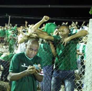 Baiano foi bastante assediado por torcedores após o golaço no sábado (Foto: Divulgação / Gama)
