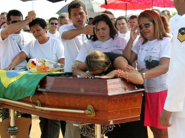 Emocionada, mulher se despediu do sargento beijando o caixão (Foto: Camila Henriques/G1 AM)