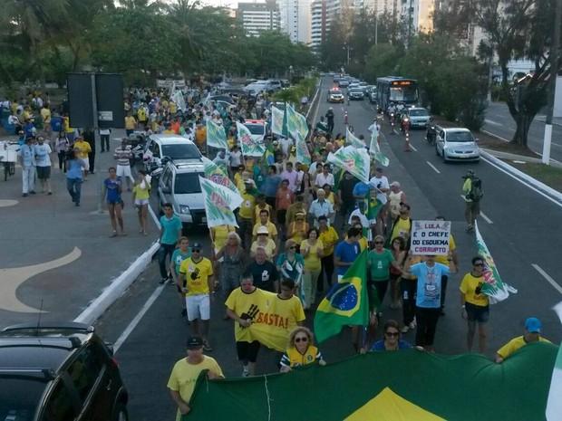 ARACAJU (SE) - Após cerca de duas horas concentrados no Mirante 13 de Julho, em Aracaju, organizadores de ato contra Dilma decidem fazer uma caminhada pela principal avenida do bairro (Foto: Tássio Andrade/G1)