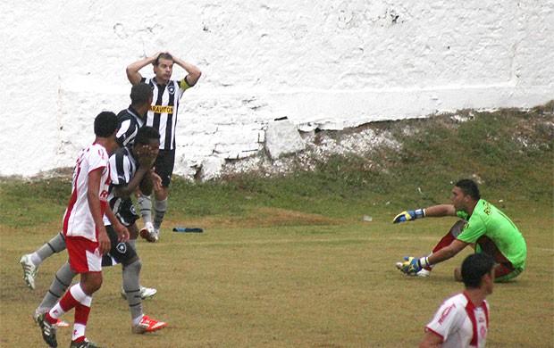Túlio jogo Botafogo Cachoeiro gol perdido (Foto: Thiago Fernandes / Globoesporte.com)