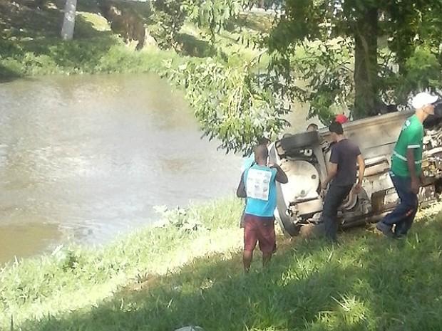 Carro ficou às margens do Rio Paraibuna em Juiz de Fora (Foto: José Geraldo Franco Valentim/Arquivo Pessoal)