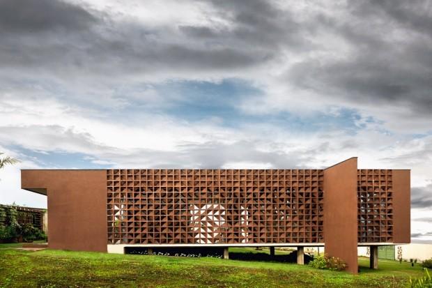 Fachada fundos. O emprego de cobogós triangulares preserva o interior da casa e cria efeito visual (Foto: Edgard Cesar / Divulgação)