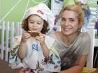 Letícia Spiller brinca com a filha durante evento de moda no Rio
