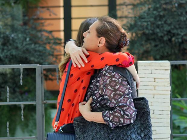 Laura sela a paz com Tina e promete pensar sobre pedido (Foto: Paula Oliveira / Gshow)