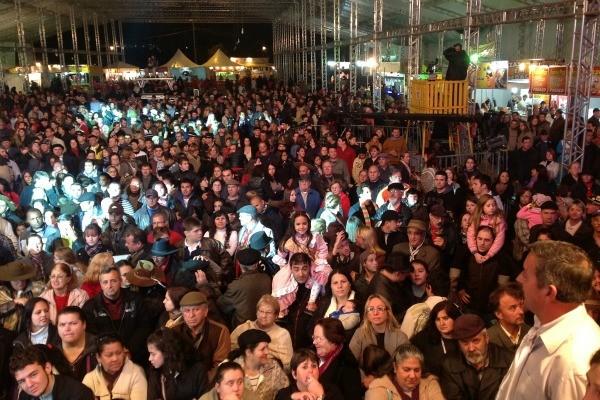 Público compareceu em peso para assistir ao Galpão Crioulo (Foto: Fernando Alencastro/ RBS TV)