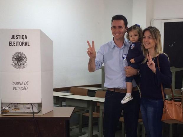 Paulo Serra (PSDB) com a família na votação no segundo turno em Santo André (Foto: Glauco Araújo/G1)