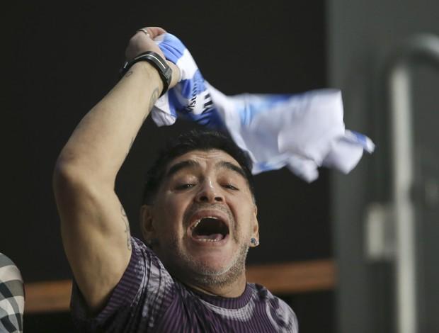 Maradona torce para a Argentina na final da Copa Davis de tênis contra a Croácia, em Zagreb