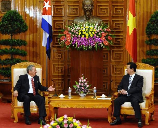 O presidente cubano, Raúl Castro (esq.) se reúne com o primeiro-ministro vietnamita Nguyen Tan Dung (Foto: Hoang Dinh Nam / AFP)