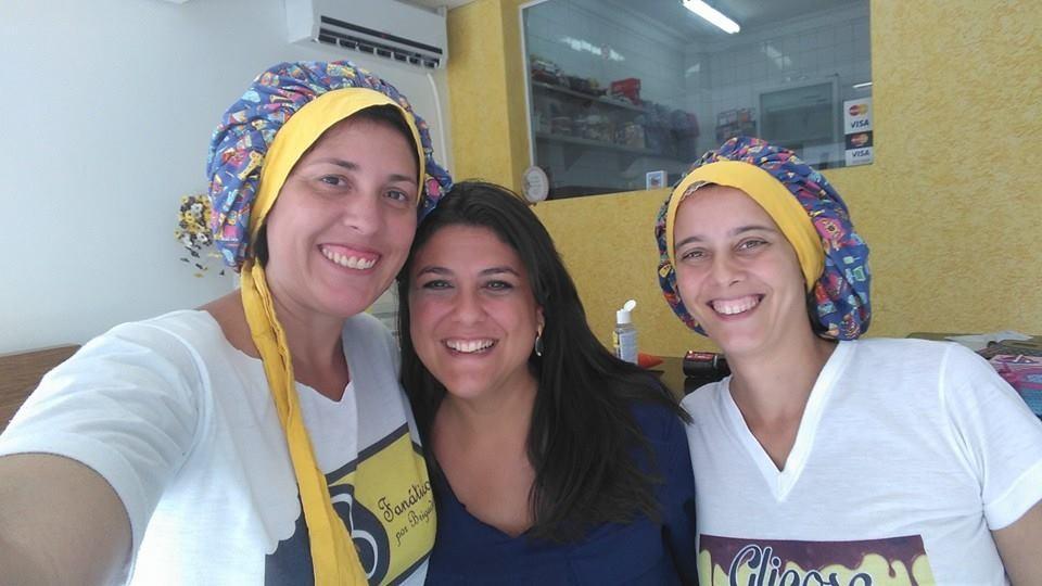 As doceiras do Fanáticos por Brigadeiros junto com a apresentadora Janaina Hohne  (Foto: Arquivo Pessoal/Fanáticos por Chocolate )