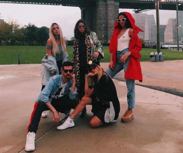 Bruna Marquezine com Manu Gavassi e amigos (Foto: Reprodução/Instagram)