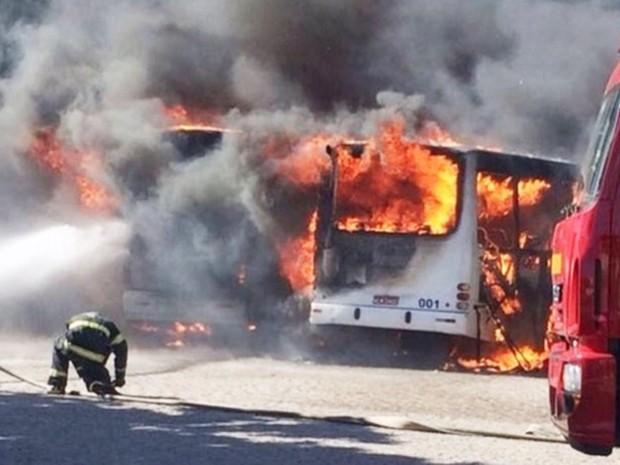 Bombeiros lutam para apagar fogo em ônibus na Zona Leste de Natal  (Foto: Reprodução/Inter TV Cabugi)