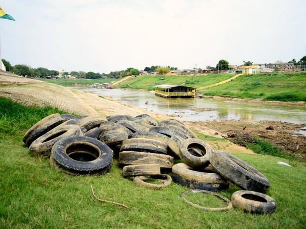 Pneus retirados do Rio Acre serão encaminhados para UTRE, onde serão reciclados, segundo Semsur (Foto: Assis Lima/Ascom Prefeitura de Rio Branco)