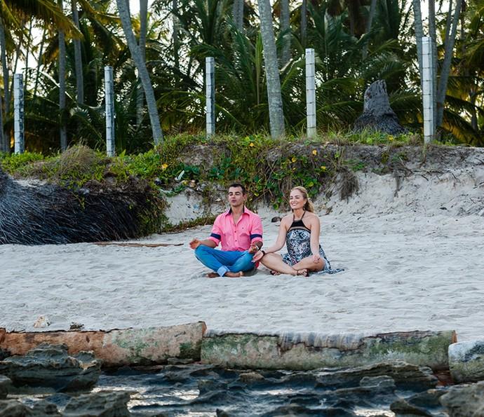 Teve tempo para meditação também! Anderson Di Rizzi e Angélica aproveitaram o visual para relaxar (Foto: Edmar Melo/TV Globo)