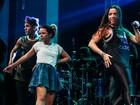 Anitta rebola até o chão e sensualiza em show com amiga
