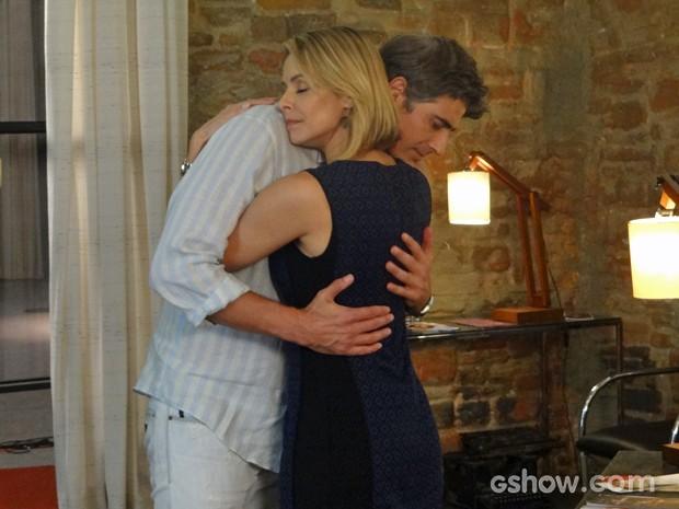 Silvia e Cadu se abraçam durante conversa (Foto: Em Família/ TV Globo)