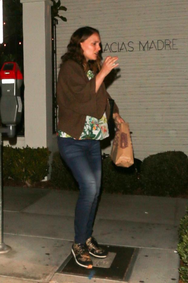 Natalie Portman, grávida, em Los Angeles, nos Estados Unidos (Foto: AKM-GSI/ Agência)