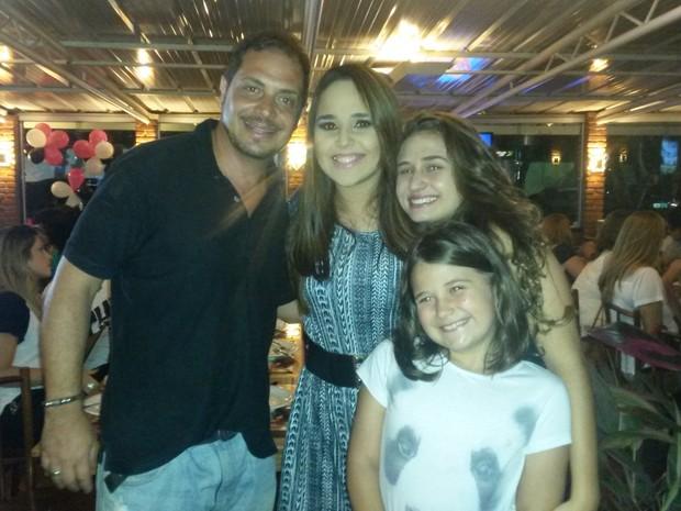 Conrado com as filhas, Maria Eduarda e Giovanna, no aniversário de Perlla no Rio (Foto: Divulgação)