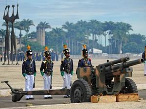 Canhão na Praça dos Três Poderes durante a troca da bandeira neste domingo (7) (Foto: Jose Cruz/Abr)