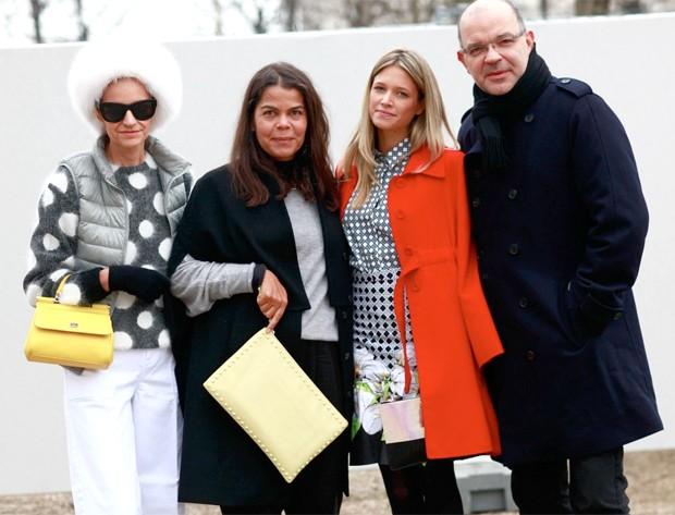 A PR Monica Mendes, Daniela Falcão, diretora de redação da Vogue Brasil, Helena Bordon e Giovanni Frasson, diretor de moda, reunidos para o clique (Foto: Ana Clara Garmendia)