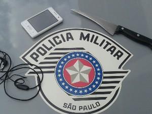Dupla foi flagrada com faca e celular roubado (Foto: Reprodução/Polícia Militar)