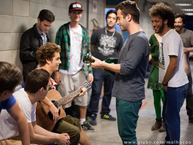 Aquecimento! Antes de entrar em cena, a Banda Mahalo canta com elenco de Malhação. (Foto: Divulgação: Paulo Neto)