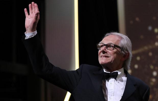 """O diretor Ken Loach agradece após receber a Palma de Ouro por """"Moi, Daniel Blake"""", na 69ª edição do Festival de Cannes. (Foto: Valery Hache/France Presse)"""