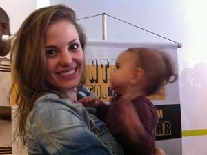 A modelo Priscila Navarro Bueno, de 23 anos, foi repreendida por segurança do MIS por amamentar sua filha Julieta, de sete meses (Foto: G1)