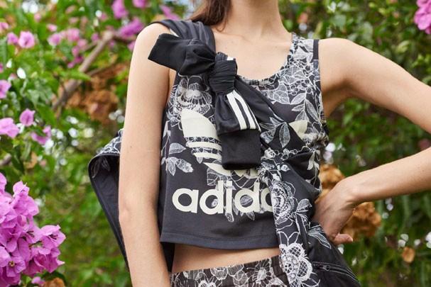 Entre os produtos disponíveis da parceria: moletom cropped, calça, legging, saia e chinelos adilettes (Foto: Divulgação)