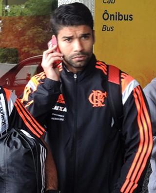 Eduardo da Silva no desembarque do Flamengo (Foto: Cahê Mota)