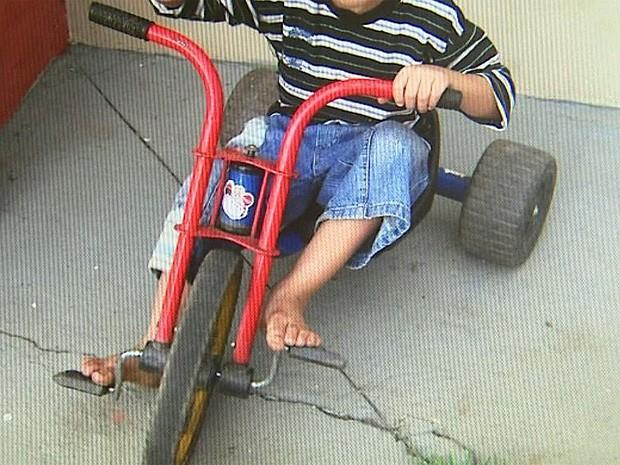 Menino de cinco anos usou triciclo e percorreu quase 3 km em Franca (Foto: Maurício Glauco/ EPTV)