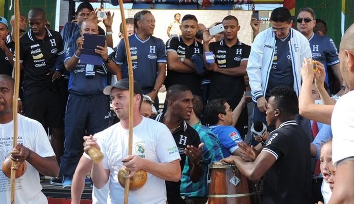 Jogador de Honduras entra na roda da capoeira (Foto: Alan Schneider)