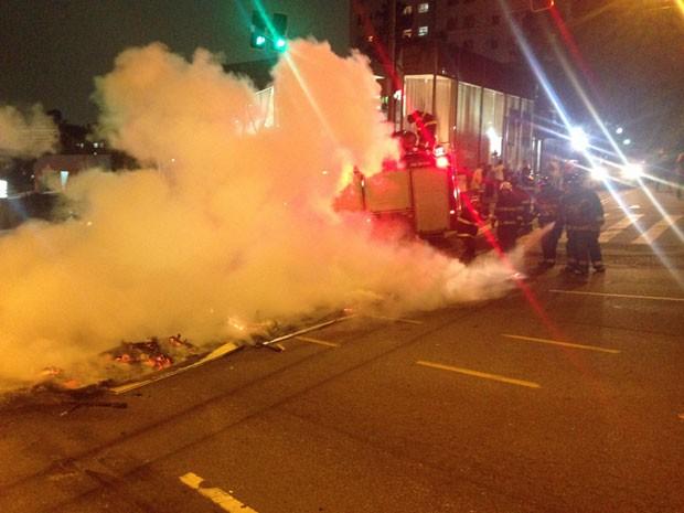 Barreira foi retirada pelos bombeiros (Foto: Marcelo Mora/G1)