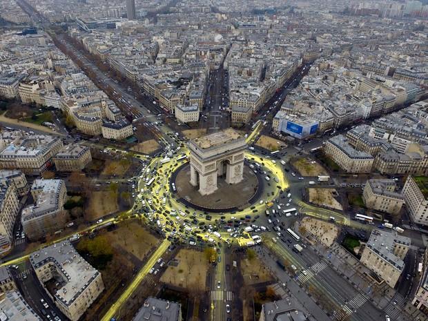 Ativistas go Greenpeace pintaram ruas ao redor do Arco do Triunfo, em Paris, para protestar por energia renovável (Foto: Greenpeace via AP)