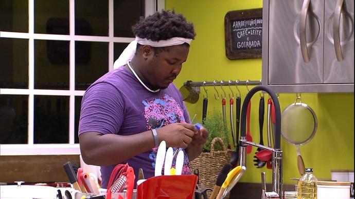 Ronan usou sabão e uma faca pra fazer seu próprio peão (Foto: Reprodução/Globo)