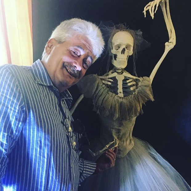 A dress to die for! Andrea Viotti, famed teacher and historian, director of #accademiacostumeemoda with skeleton dancer made by costume students.  (Foto: @suzymenkesvogue)