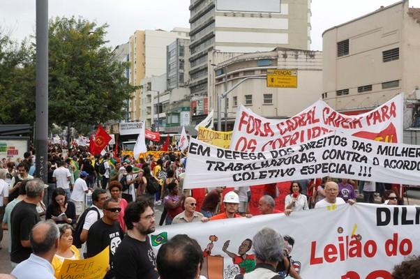 Grupo sai da Praça Saens Peña e segue pelas ruas da Tijuca rumo ao estádio do Maracanã (Foto: Fabio Rossi / Agência O Globo)