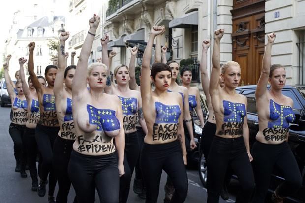 Ativistas do Femen pintaram em seus corpos o símbolo da suástica nazista feito com estrelas douradas, que representam a União Europeia, e as palavras 'epidemia facista' (Foto: Thomas Samson/AFP)