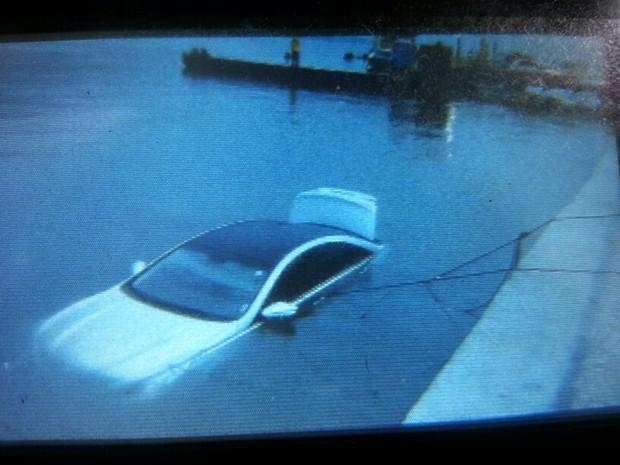 Carro ficou submerso após queda da balsa (Foto: Divulgação)