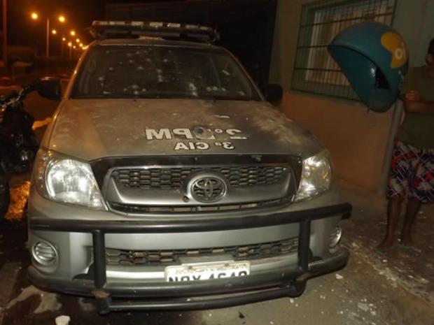 Carro da polícia sofreu danos com a explosão de banco (Foto: Na Rota da Notícia)
