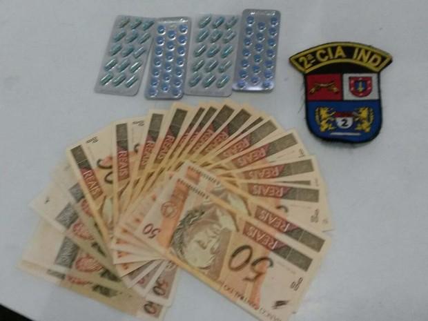Notas falsas e medicamentos de venda proibida foram apreendidos (Foto: Cristiano Ferreira/Geral de Notícias)