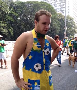 """Anderson Felipe, de 30 anos, autointitulado """"Gordoboy do Brasil"""", na Avenida Paulista. Vendedor de refrigerantes, água e bebidas alcoólicas, diz que faturou R$ 3 mil na manifestação de março (Foto: Harumi Visconti)"""