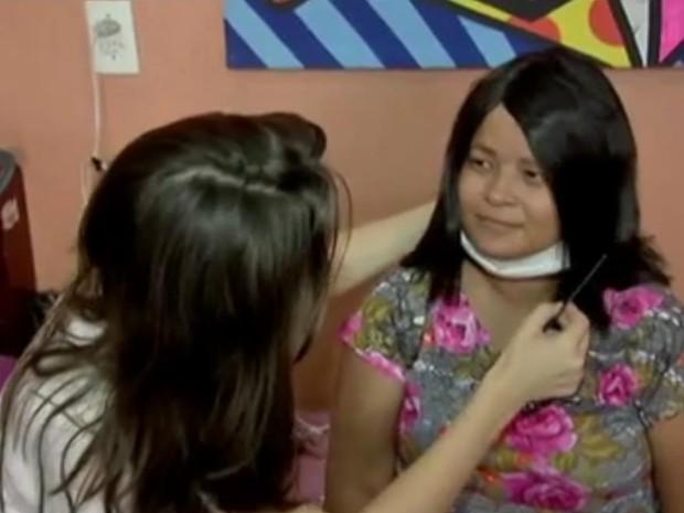 A cabeleireira Flávia Daudt fez a entrega da prótese (Foto: Reprocução / Inter TV)