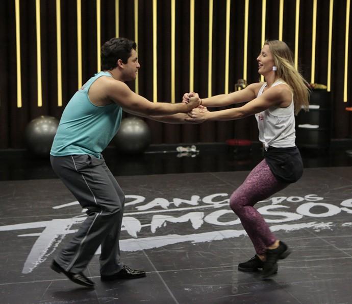 Rainer Cadete diz que esqueceu os passos, mas logo risca a pista de dança! (Foto: Felipe Monteiro / Gshow)