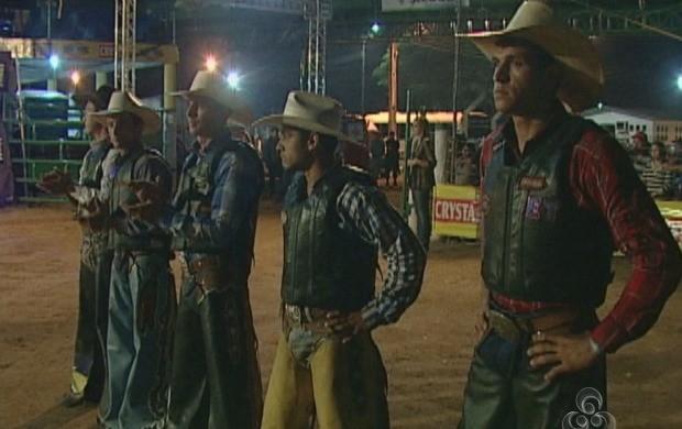 Rodeio profissional é um dos eventos mais esperados da Expovil (Foto: Rondônia TV)