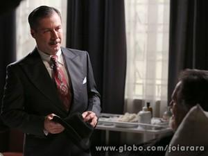 Diretor do clube tenta dissuadir Ernest ao falar que Amélia tem Pérola para criar (Foto: Joia Rara/ TV Globo)